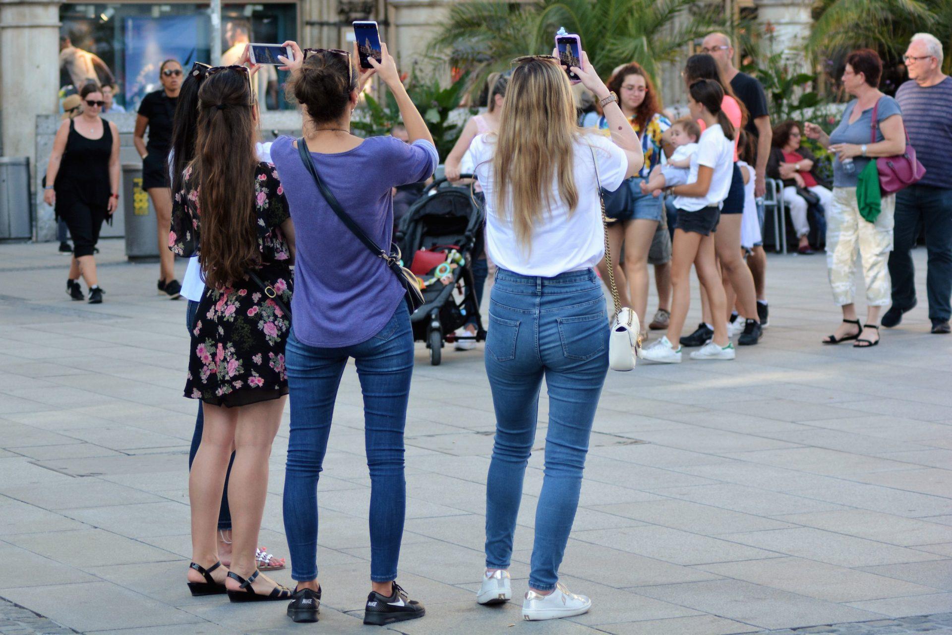 tinerii si telefoanele